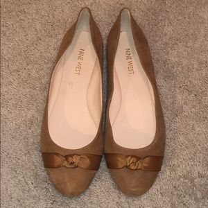 Size 7 NINE WEST tan flats with bow detail